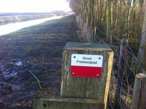 Wandelen over het Groot Frieslandpad bij een markering rood-wit