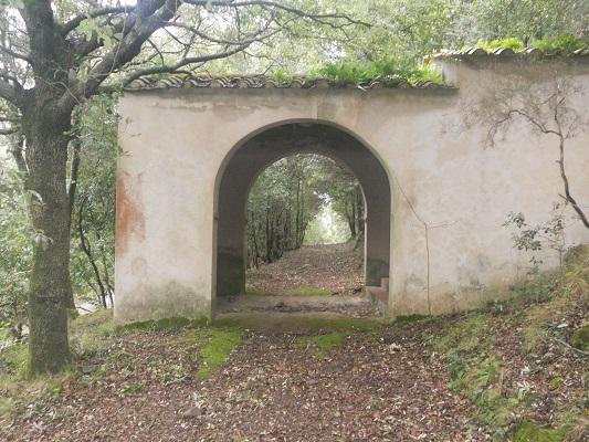 Stenen toegangspoort op wandeling van Procchio naar Marciana Marina op wandelreis naar Italiaans eiland Elba