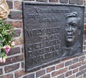Plaquette Willi Alberti tijdens Hofjeswandeling door de Jordaan in Amsterdam