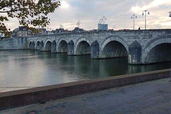 Sint Servaasbrug in Maastricht tijdens een wandeling op het Maaspad van Maastricht naar Berg aan de Maas