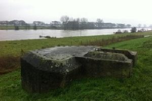 Wandelen over de Maasmeanders bij bunker langs de Maas bij Cuyk
