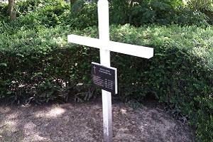 Wandelen over het Grebbeliniepad bij herinneringskruis gevallen soldaat