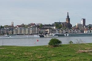 Wandelen over het Grote Rivierenpad bij rivier de Waal in Nijmegen