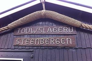 Wandelen over het Hanzestedenpad bij touwslagerij in Steenbergen