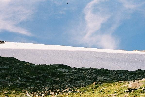 Pak sneeuw tijdens wandelreis in nationaal park La Vanoise in Frankrijk