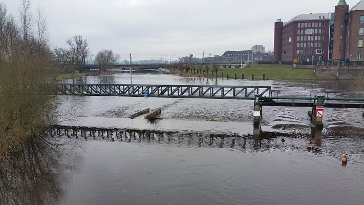Wandelen over het Marikenpad over de Dommel in Den Bosch