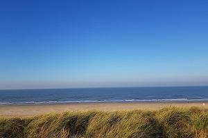Wandelen over het Marskramerpad bij de Noordzee in Scheveningen