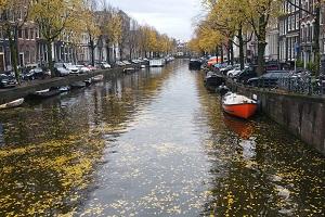 Wandelen over het Pelgrimspad langs grachten in Amsterdam