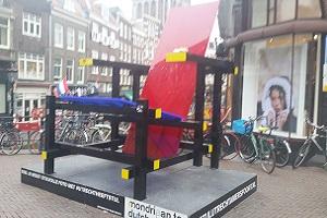 Rietveldstoel tijdens wandelroute Gerrit Rietveld in Utrecht