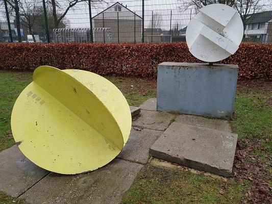 Sculptuur plastische vormen in Helmond-Noord tijdens een wandeling Ontdek de Kunst van Brabant Vertelt