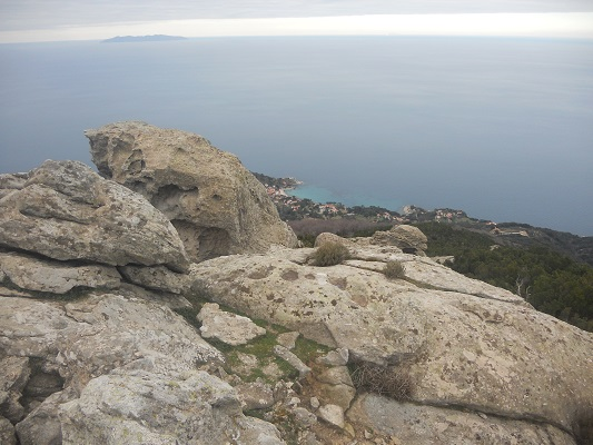 Ruige kust op wandelreis naar Italiaans eiland Elba