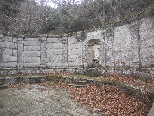 Kerk en oude muur tijdens wandeling Madonna del Monte op wandelreis naar Italiaans eiland Elba