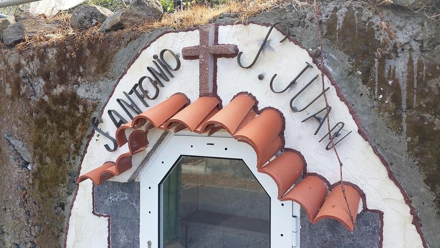 Kapel S. Antonio S Juan Wandelpad hoog boven Barranco de Erque tijdens wandeling op een wandelvakantie op La Gomera op de Canarische Eilanden
