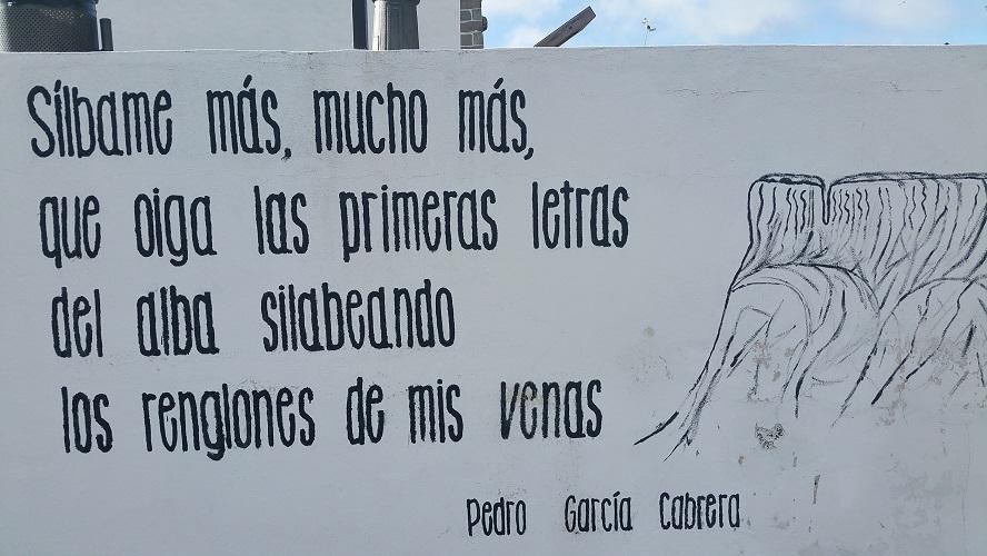 Op schrift in Las Hayas Wandelpad hoog boven Barranco de Erque tijdens wandeling op een wandelvakantie op La Gomera op de Canarische Eilanden