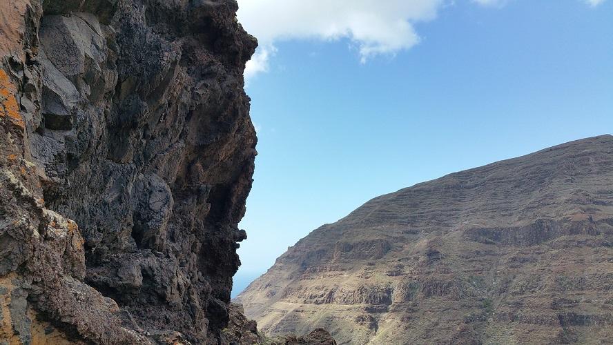Dal van de Grote Koning, Valle Gran Rey, Wandelpad hoog boven Barranco de Erque tijdens wandeling op een wandelvakantie op La Gomera op de Canarische Eilanden