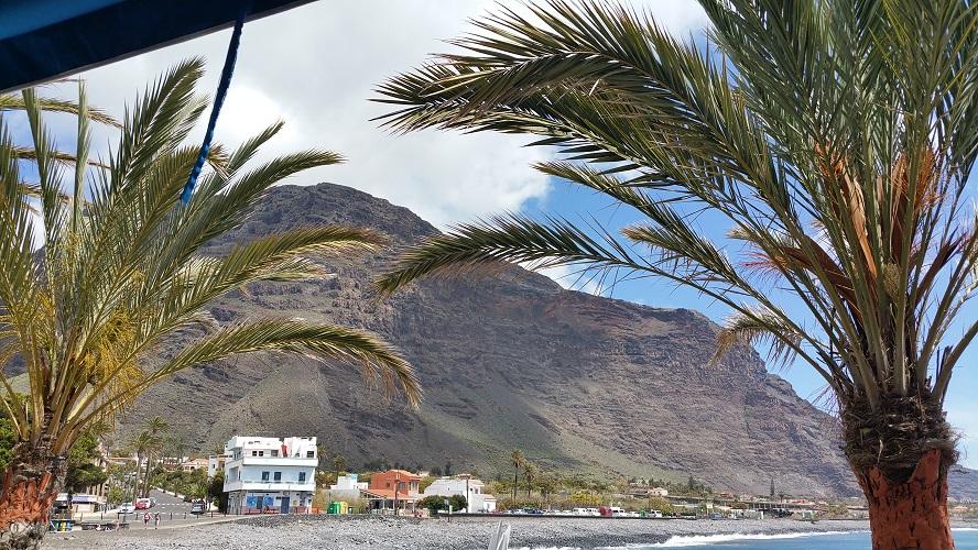 Strand van La Playa in Valle Gran Rey Wandelpad hoog boven Barranco de Erque tijdens wandeling op een wandelvakantie op La Gomera op de Canarische Eilanden