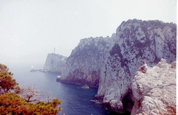 Rotskust Middelandse Zee op Levkas tijdens wandelreis naar Griekenland