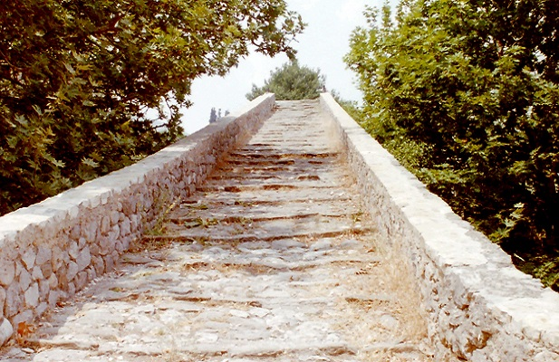 Stenen Romeinse boogbrug op Levkas tijdens wandelreis naar Griekenland
