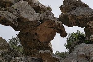 Rotspartijen bij klooster Lluc tijdens wandelreis op Mallorca in Tramuntanagebergte