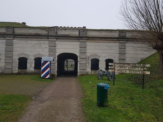 Ingang Fort Sabina tijdens een wandeling over het Zuiderwaterliniepad van Dinteloord naar Willemstad
