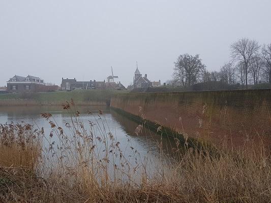 Zicht op vestingstad Willemstad tijdens een wandeling over het Zuiderwaterliniepad van Dinteloord naar Willemstad