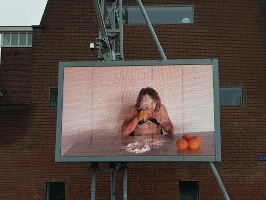 Kunstwerk Between You & Me tijdens wandeling Kort rondje Kunst in Tilburg van Brabant Vertelt