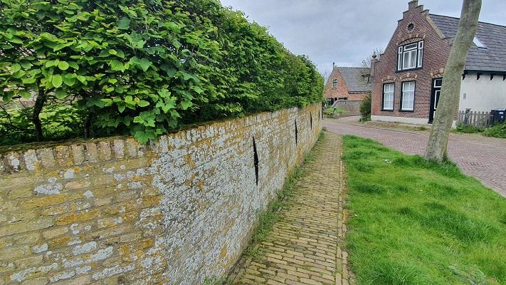 Wandeling dwarsover Texel bij kerk in De Waal